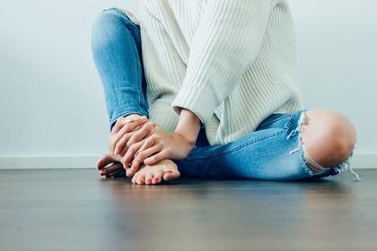 ダメージジーンズを履いた女性