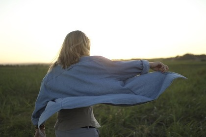 ステンカラーコートを着る女性