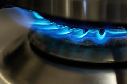 鍋焼きうどんを加熱するガスコンロ