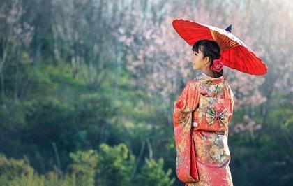着物を着て傘を持った女性