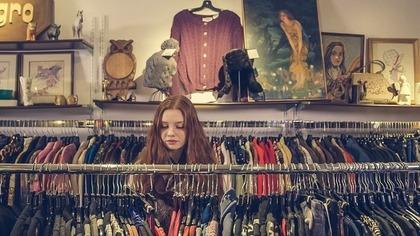 古着を選んでいる女性