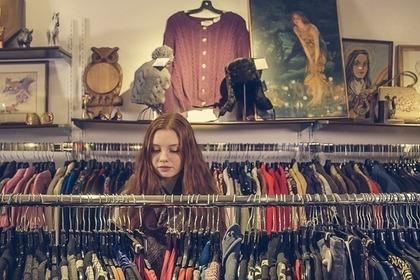 欲しい古着を選ぶ女性