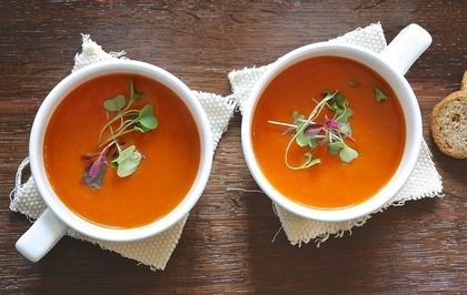 2杯のトマトスープ