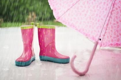 ピンクのレインブーツと傘