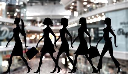 買い物中の女性達