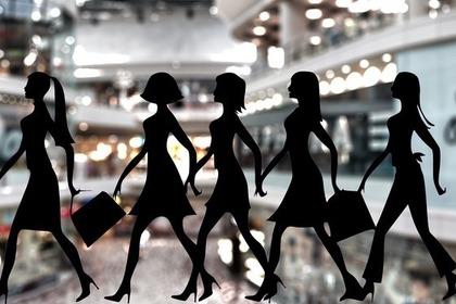 買い物を楽しむ女性たちのシルエット