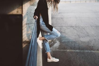 壁にもたれる女性