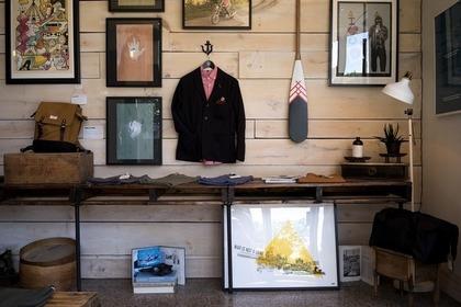 男性のスーツが飾られた店内