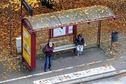 バス停にいる人