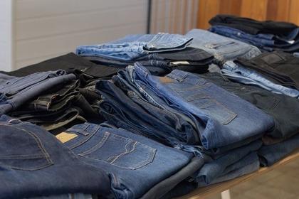 棚に置かれたジーンズ