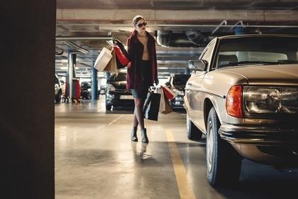 駐車場と女性