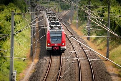 線路を走る電車