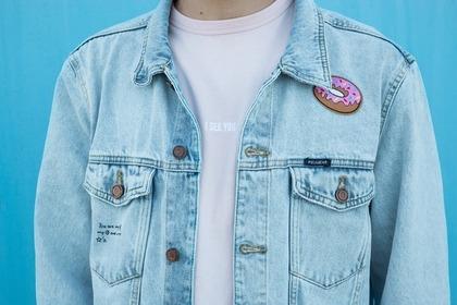 白シャツにデニムジャケットのコーデ