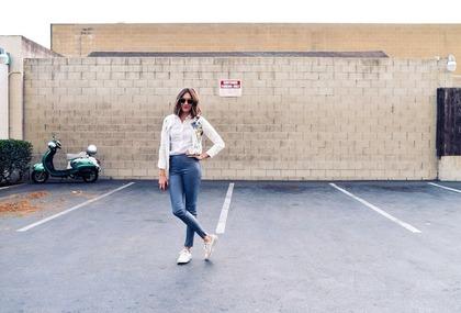 駐車場に立つ女性