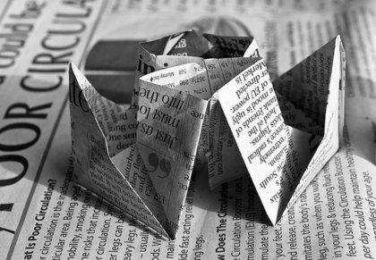 新聞を折り紙代わりに使う