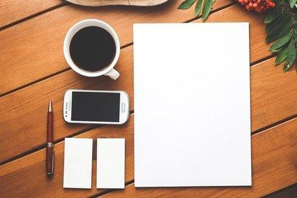 紙とスマホやコーヒー・ペン