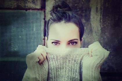 赤い目の女性