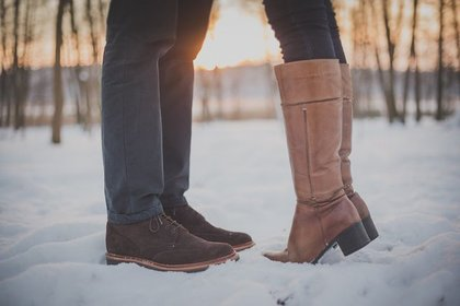 ブーツを履いた男女の足元