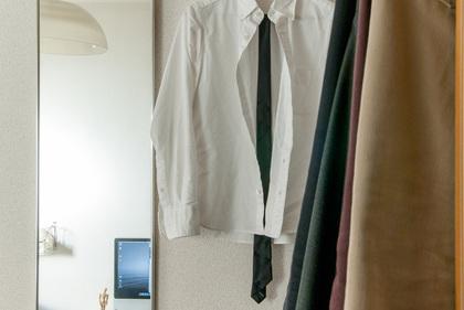 ワイシャツがかかった部屋