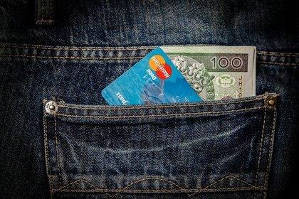 デニムのポケットに入ったお金