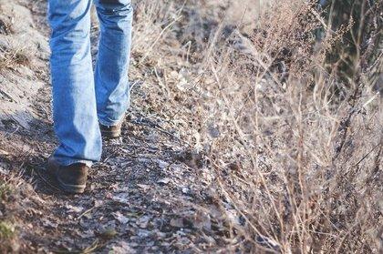 ジャリ道を歩く女性