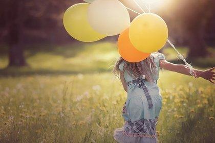 黄色い風船を持った女性
