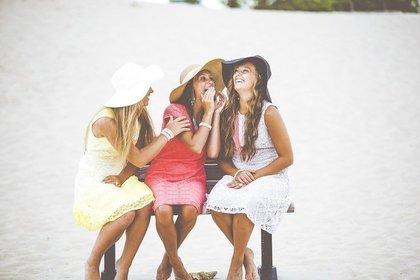 明るい色の服を着た女性