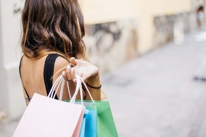 ショッパーを持つ女性
