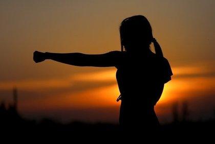 格闘する女性のシルエット