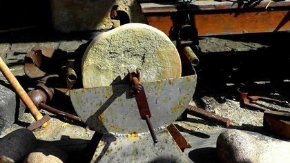 古いタイプの薄い砥石