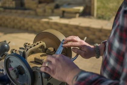 大きな砥石で磨いているナイフ