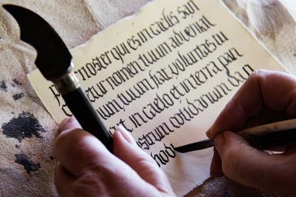 筆で書かれた英字