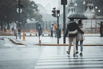 傘をさしながら歩くカップル