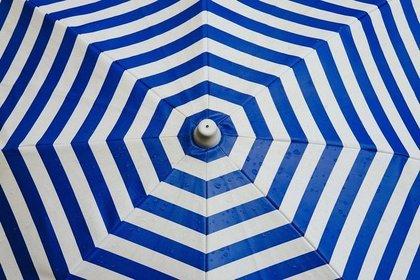 青と白のしましま傘