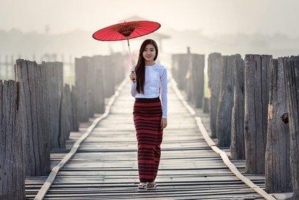 赤い傘と歩く女性