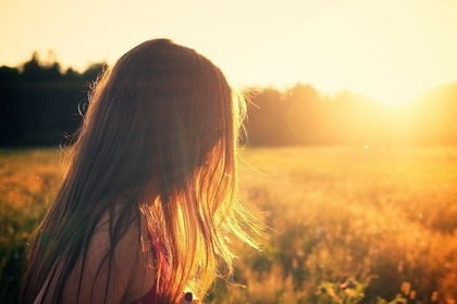 夕日を浴びる女性