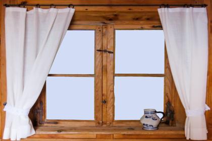 小窓とカーテン