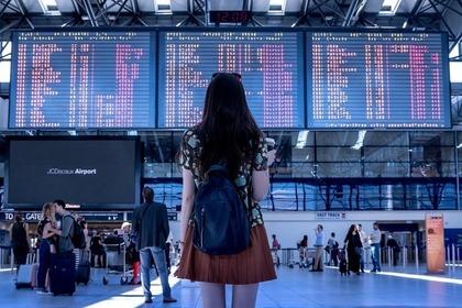 空港の看板を見る女性