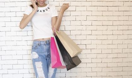 買い物バッグを下げた女性