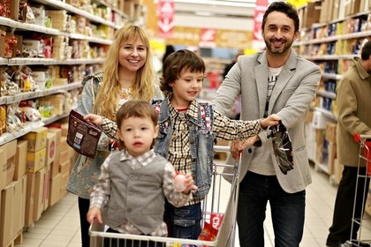ショッピング中の家族