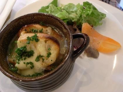 温かいオニオンスープ
