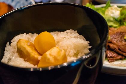 大きな栗の実が入った栗ご飯