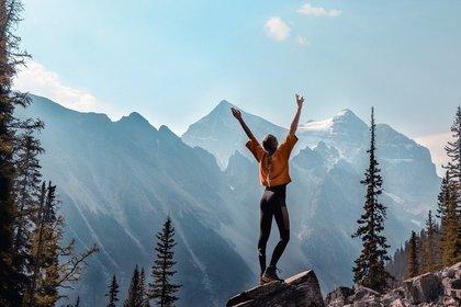 岩の上で喜ぶ人