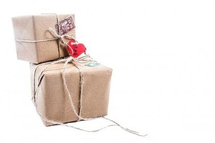 クラフト紙で包んだプレゼント