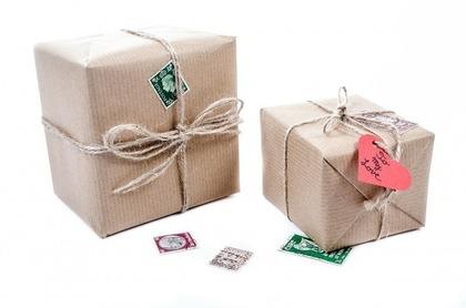 クラフト紙と麻ひもで包んだ小包