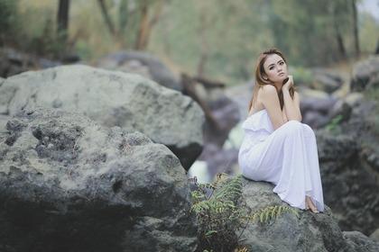 白いワンピースを着た女性