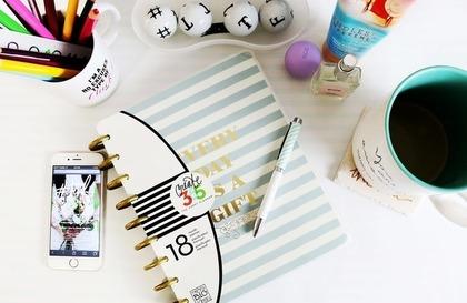 テーブルの上の文房具と雑貨