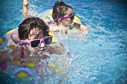 プールで泳ぐ子ども