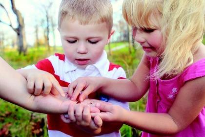 手を触る子供