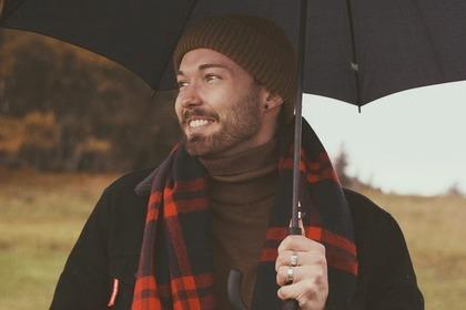 傘をさす男性